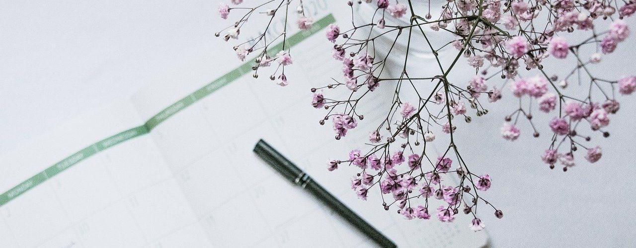 kynä ja kukkia