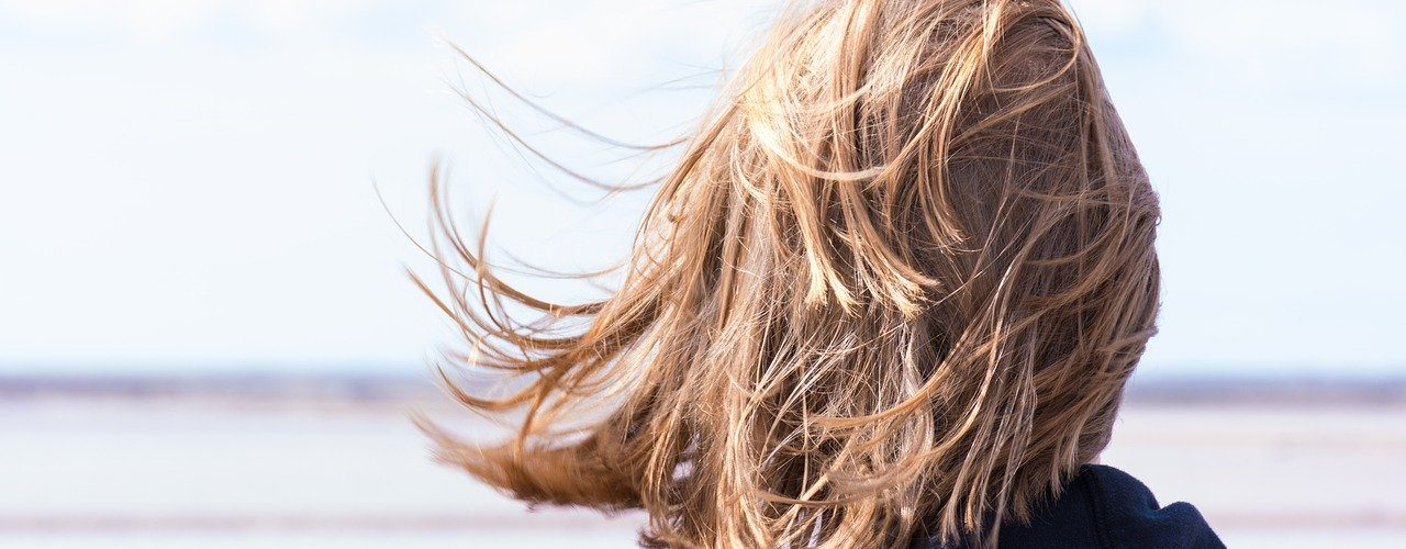 tukka tuulessa