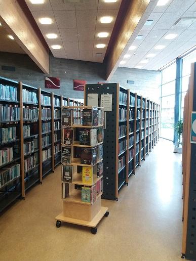 Kuva kirjastosta, jossa kirjahyllyjä