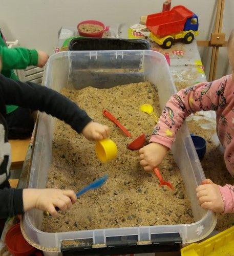 hiekkaa muoviastiassa lapset leikkii