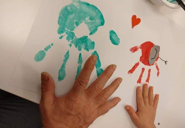 iso ja pieni käsi